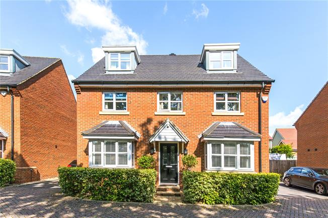 Guide Price £550,000, 5 Bedroom Detached House For Sale in Burgess Hill, RH15