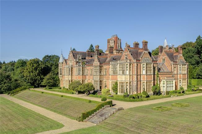 Guide Price £1,850,000, 4 Bedroom Flat For Sale in Kingwood, RG9