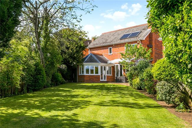 Offers in excess of £950,000, 4 Bedroom Detached House For Sale in Henley-on-Thames, RG9