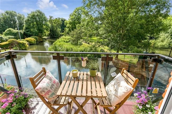 Guide Price £325,000, 2 Bedroom Flat For Sale in Burghfield, Reading, RG30
