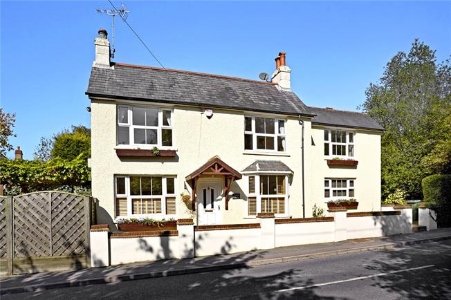 Guide Price £649,950, 4 Bedroom Detached House For Sale in Horsham, West Sussex, RH12