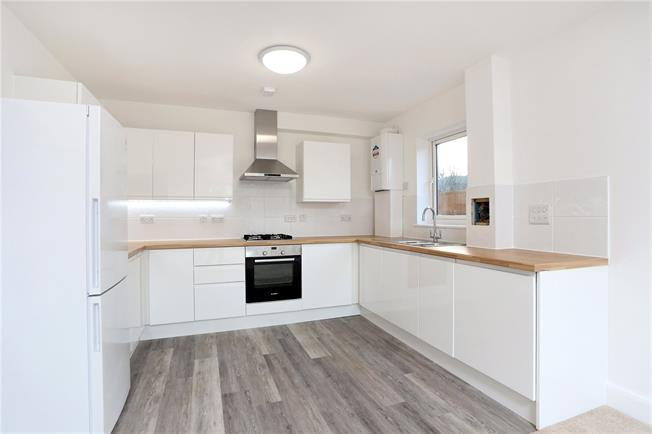 Guide Price £280,000, 2 Bedroom Flat For Sale in Horsham, RH13