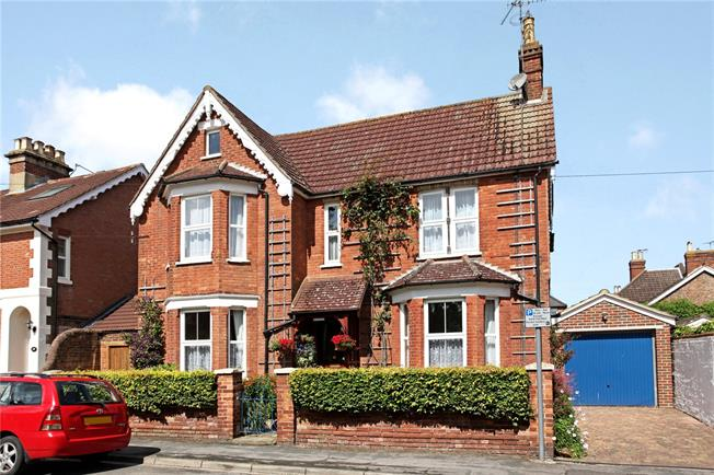 Guide Price £650,000, 4 Bedroom Detached House For Sale in Horsham, RH13