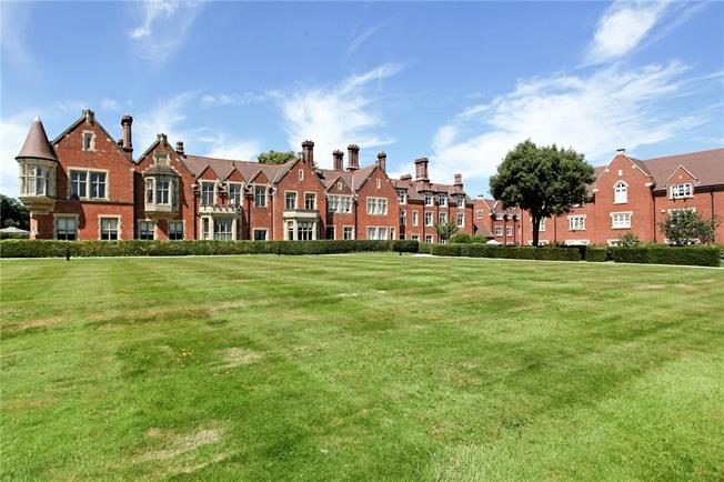 Guide Price £299,950, 2 Bedroom Flat For Sale in Billingshurst, RH14