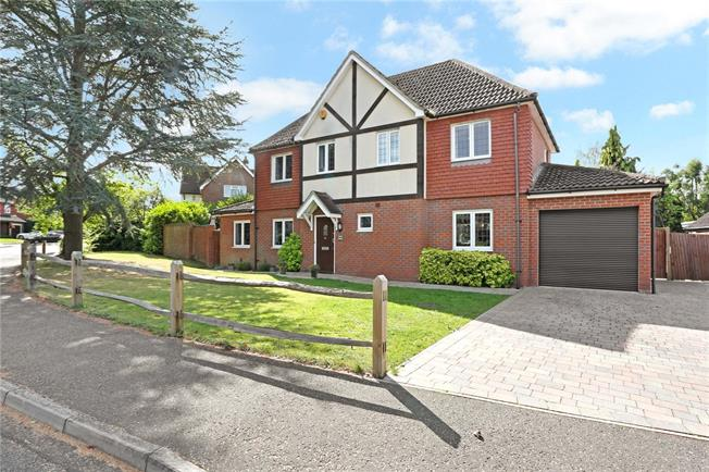 Guide Price £625,000, 4 Bedroom Detached House For Sale in Horsham, RH12