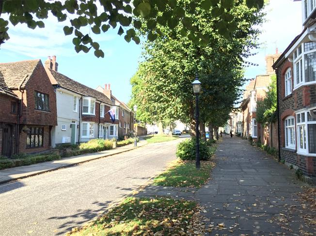 Guide Price £289,950, 2 Bedroom Flat For Sale in West Sussex, RH12