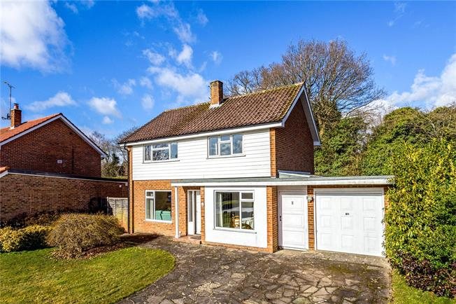 Guide Price £525,000, 3 Bedroom Detached House For Sale in Horsham, RH13