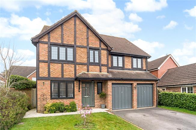 Guide Price £695,000, 5 Bedroom Detached House For Sale in Horsham, RH12