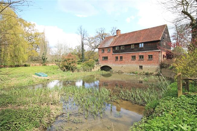 Guide Price £1,550,000, 6 Bedroom Detached House For Sale in Rudgwick, RH12