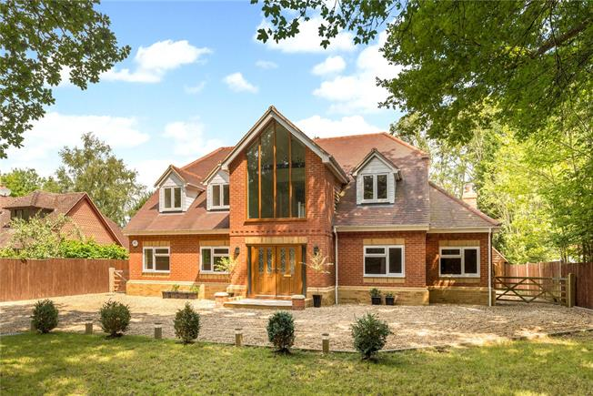 Guide Price £950,000, 5 Bedroom Detached House For Sale in Loxwood, RH14