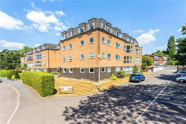 Offers in excess of £185,000, 1 Bedroom Flat For Sale in Horsham, West Sussex, RH13