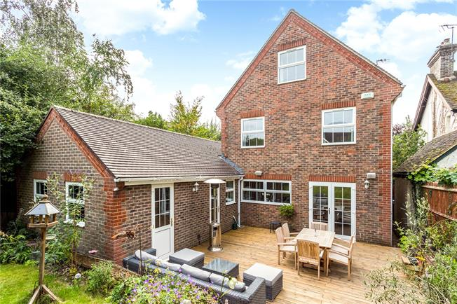 Guide Price £750,000, 5 Bedroom Detached House For Sale in Horsham, RH12
