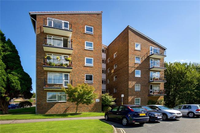 Guide Price £265,000, 2 Bedroom Flat For Sale in Horsham, RH13