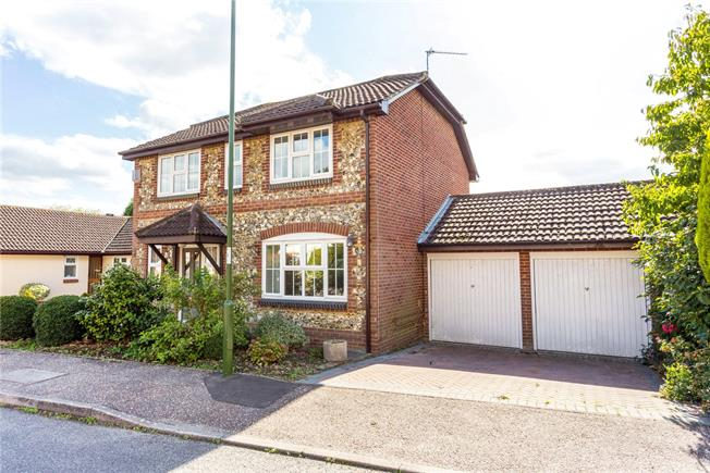 Guide Price £525,000, 4 Bedroom Detached House For Sale in Horsham, RH12
