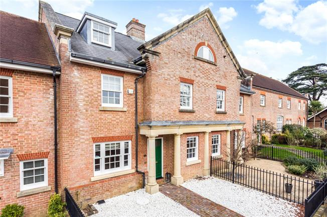 Guide Price £695,000, 4 Bedroom Garage For Sale in Horsham, RH12