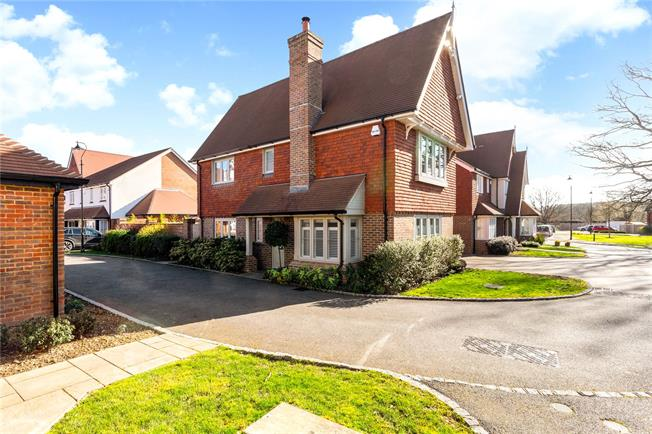 Guide Price £520,000, 3 Bedroom Detached House For Sale in Horsham, West Sussex, RH13