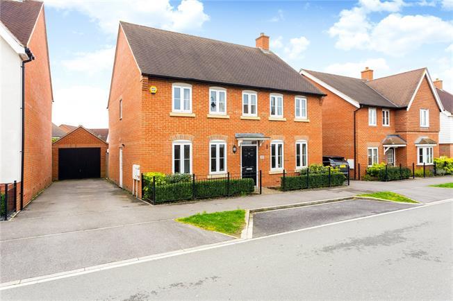 Guide Price £600,000, 4 Bedroom Detached House For Sale in Broadbridge Heath, RH12
