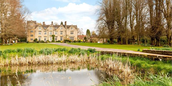 Guide Price £375,000, 3 Bedroom Flat For Sale in Horsham, West Sussex, RH13