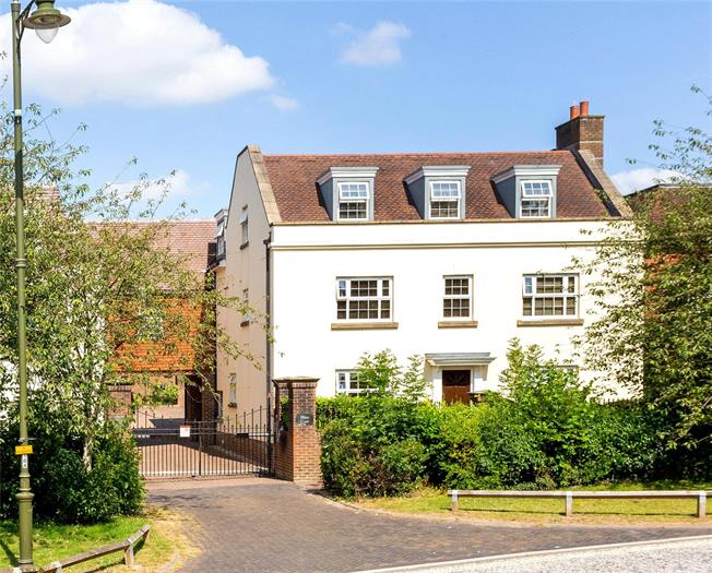 Guide Price £275,000, 2 Bedroom Flat For Sale in Horsham, RH12