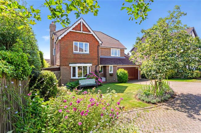 Guide Price £650,000, 4 Bedroom Detached House For Sale in Kingsfold, RH12