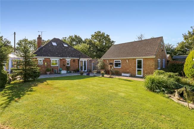 Guide Price £750,000, 3 Bedroom Bungalow For Sale in Brooks Green, RH13