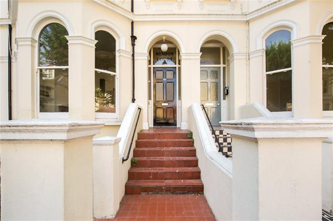 Asking Price £275,000, 1 Bedroom Flat For Sale in East Sussex, BN3