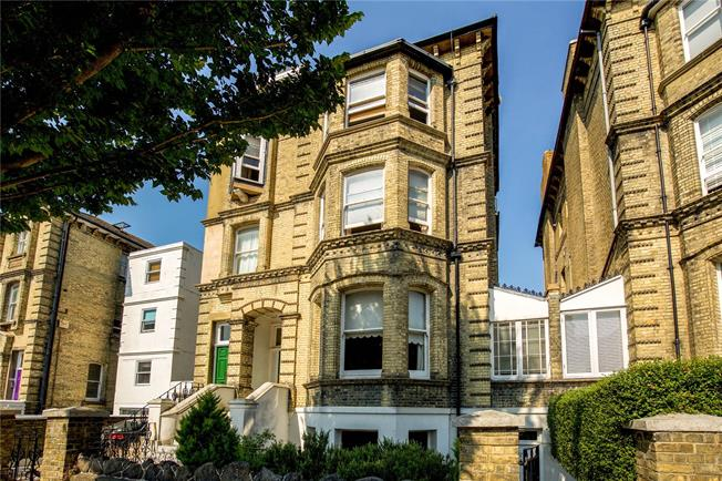Guide Price £825,000, 2 Bedroom Flat For Sale in Hove, BN3