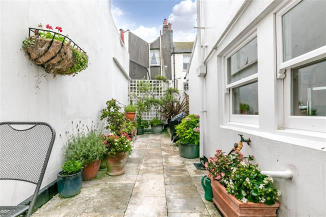 Guide Price £550,000, 2 Bedroom Terraced House For Sale in Brighton, BN1