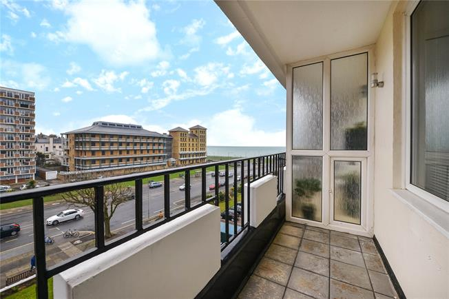Guide Price £525,000, 2 Bedroom Flat For Sale in Hove, East Sussex, BN3