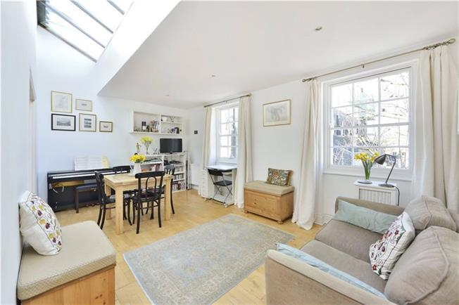Asking Price £950,000, 2 Bedroom Flat For Sale in London, N1