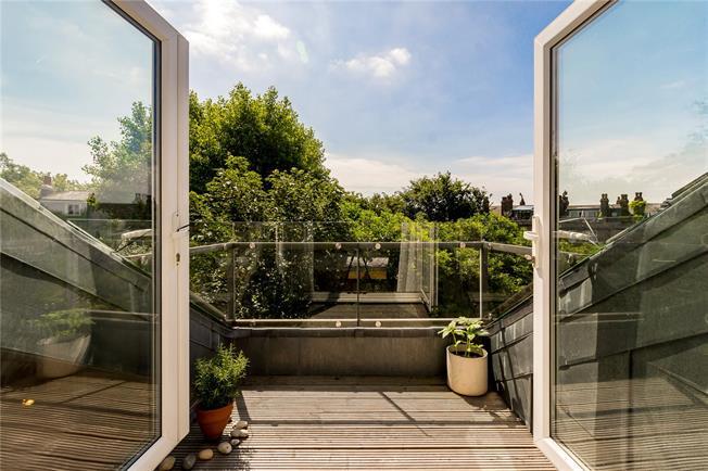 Asking Price £550,000, 2 Bedroom Flat For Sale in London, N5