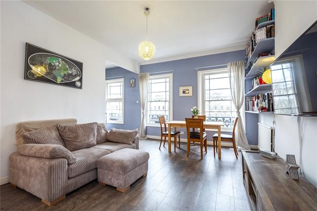 Asking Price £600,000, 2 Bedroom Flat For Sale in London, N1