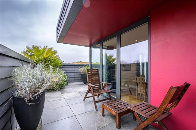 Offers in excess of £1,000,000, 3 Bedroom Flat For Sale in London, N1