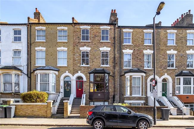 Asking Price £450,000, 2 Bedroom Flat For Sale in London, N4