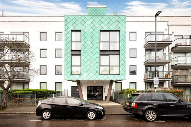 Offers in excess of £600,000, 3 Bedroom Flat For Sale in London, N5