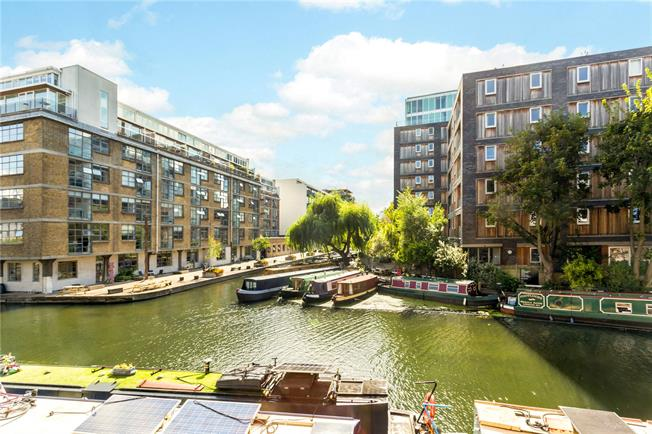 Offers in excess of £825,000, 2 Bedroom Flat For Sale in London, N1