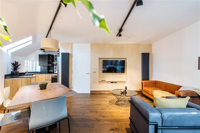 Asking Price £650,000, 2 Bedroom Flat For Sale in Islington, London, N5