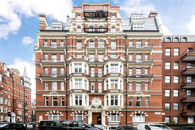 Asking Price £1,800,000, 3 Bedroom Flat For Sale in London, W8