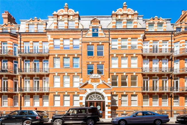 Asking Price £1,100,000, 2 Bedroom Flat For Sale in London, W8
