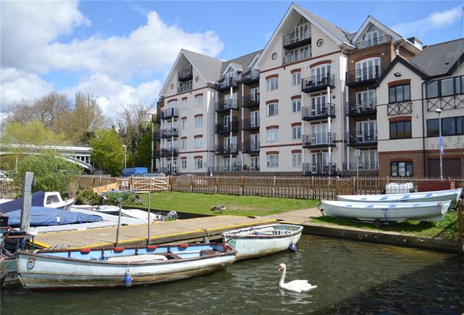 Guide Price £650,000, 2 Bedroom Flat For Sale in Kingston upon Thames, KT1