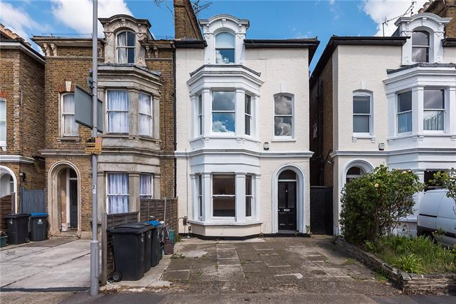 Asking Price £450,000, 2 Bedroom Flat For Sale in Kingston upon Thames, KT2