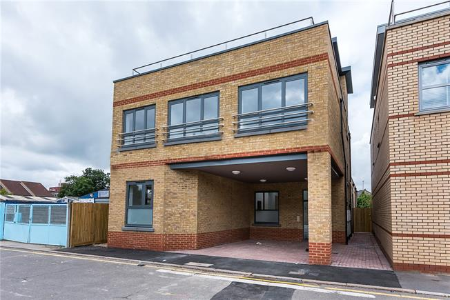 Asking Price £385,000, 1 Bedroom Flat For Sale in Kingston upon Thames, KT1