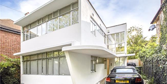 Guide Price £915,000, 4 Bedroom Detached House For Sale in Worcester Park, KT4