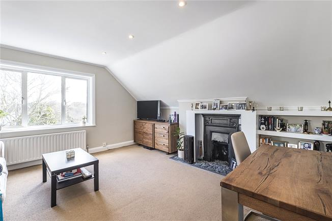 Asking Price £359,950, 2 Bedroom Flat For Sale in Kingston upon Thames, KT1