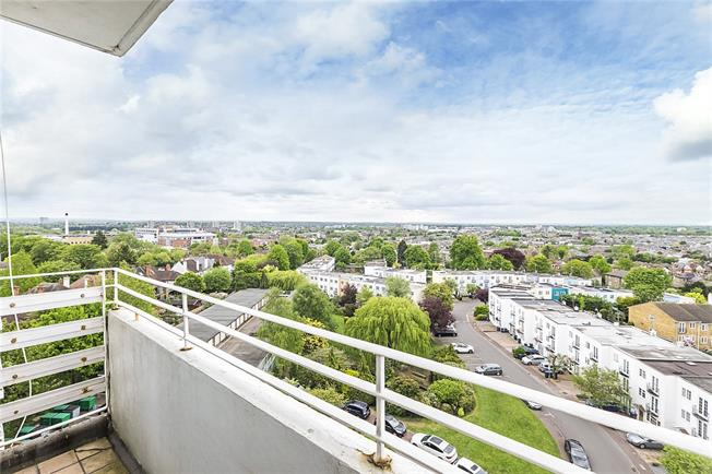 Asking Price £300,000, 2 Bedroom Flat For Sale in Kingston upon Thames, KT2