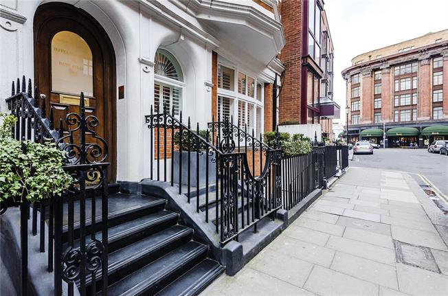 Asking Price £765,000, Flat For Sale in London, SW3