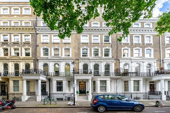 Asking Price £795,000, 2 Bedroom Flat For Sale in London, SW3