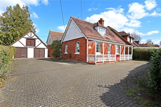 Guide Price £595,000, 4 Bedroom Detached House For Sale in Lindford, GU35