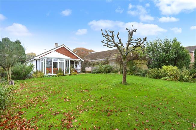 Guide Price £425,000, 2 Bedroom Bungalow For Sale in Hampshire, GU30