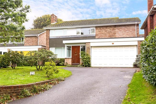 Guide Price £750,000, 4 Bedroom Detached House For Sale in Petersfield, GU31